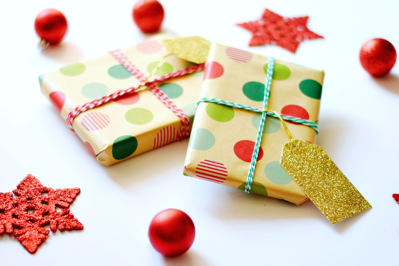 3 PAPER HOLLY GIFT TOPPER Another twist on that Christmas gift wrap classic – brown paper topped with a sprig of foliage. To make the holly leaves, fold a piece of brown kraft paper in half, cut the shape of one half of the holly leaf, and open up.